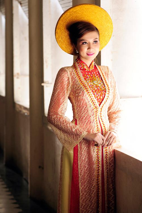 Áo dài cưới kết hợp với mấn đội đầu sẽ tạo nên nét đẹp cổ điển cho cô dâu trong ngày trọng đại.