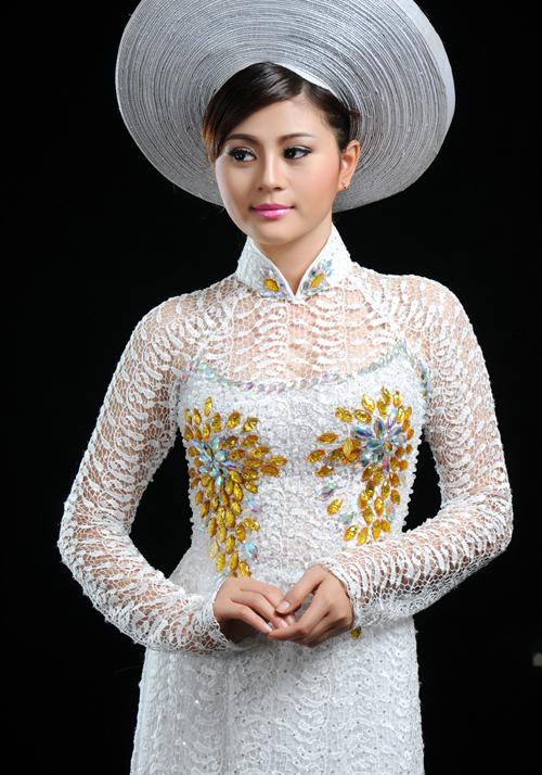 Năm nay, áo cưới phổ biến với những mẫu vải ren ren nét quyến rũ của cô dâu.