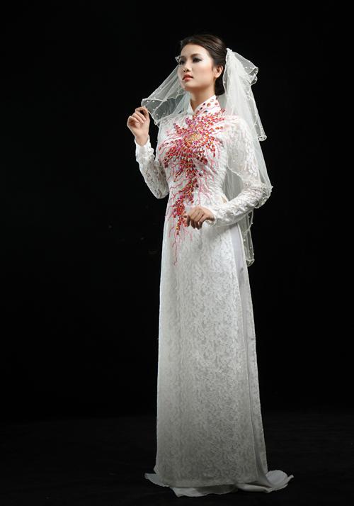 Chiếc khăn voan đội đầu khiến cô dâu đẹp ấn tượng.