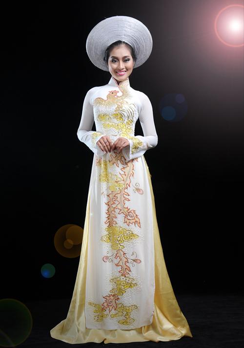 Các họa tiết, màu sắc đường thêu cũng tương đồng, bổ trợ cho chiếc áo dài cưới.