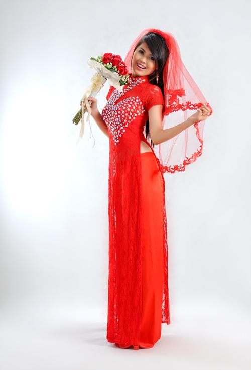Khi kết hợp với áo dài cưới, cô dâu có thể chọn voan đội đầu cùng màu áo.