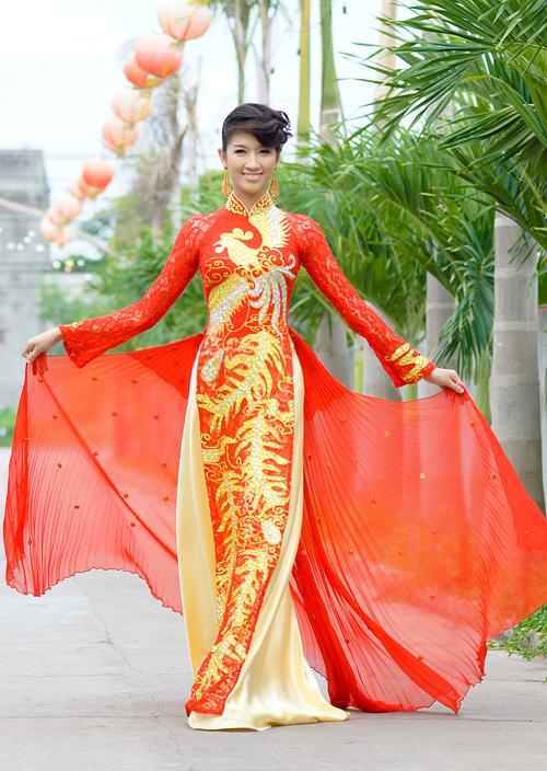Áo dài cưới với hai tà xòe rộng như đuôi váy cưới.