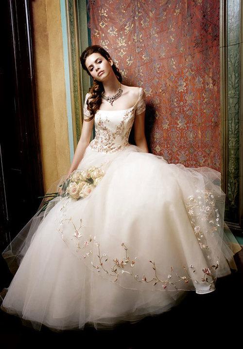 Váy cưới màu nude giúp tôn da cô dâu.