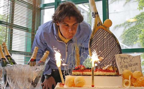 Ngôi sao người Tây Ban Nha được nhận một chiếc bánh đúng chất tennis ở tuổi 26. Ảnh: Firstpost.