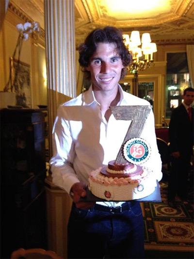 Anh chàng nhận thêm 1 chiếc bánh từ bạn bè và gia đình khi ăn mừng ở quán cà phê.