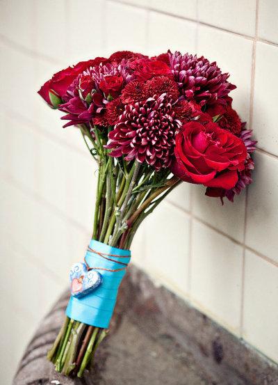 Những bông hồng nhung được điểm xuyết với hoa cẩm chướng đỏ thẫm tạo nên sự kết hợp ấn tượng.