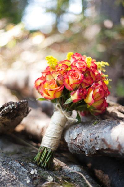 Các cô dâu có thể sáng tạo bó hoa bằng cách chọn hoa hồng song hỷ, hoa vàng, viền cánh đỏ.