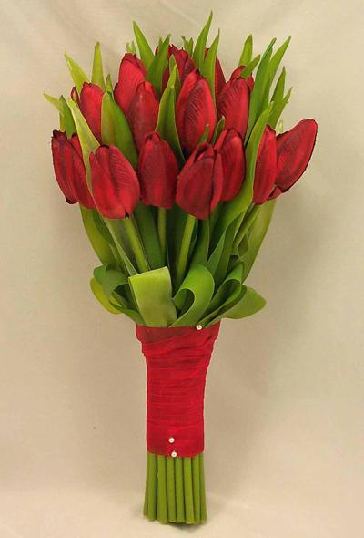 Nếu cưới vào mùa xuân, bó hoa cưới bằng tulip sẽ là lựa chọn thú vị.