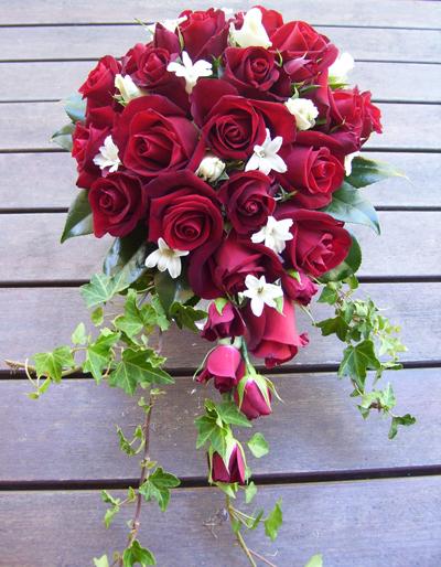 Nếu không muốn bó hoa quá rực rỡ với toàn màu đỏ, các cô dâu có thể điểm xuyết thêm hoa trắng nhỏ để làm nổi bật bó hoa cầm tay.