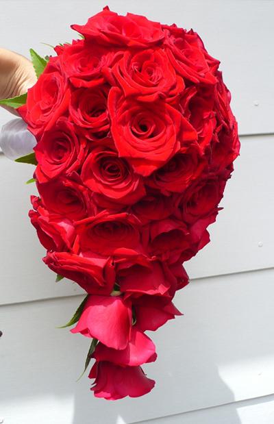 Dù chỉ kết bằng một loại hoa nhưng bó hồng nhung dáng đổ vẫn tạo nên vẻ đẹp cổ điển.