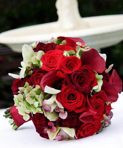 Có nhiều loại hoa đỏ như hồng, lan, rum... và chúng có thể kết hợp tinh tế với nhau, tạo thành một bó hoa cầm tay độc đáo.