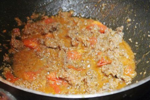 Sau đó đổ thịt bò vào xào.