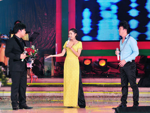 Quang Lê, Hà My và Dương Ngọc Thái hát chung liên khúc 'Sầu tím thiệp hồng'.