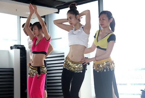 Trong khi Nam Thành và Anh Thư đều trở về Sài Gòn để vừa tập luyện thì Minh Hằng ở lại Hà Nội để có nhiều thời gian hơn chuẩn bị cho đêm tranh giải nhất nhì của Bước nhảy hoàn vũ 2012.