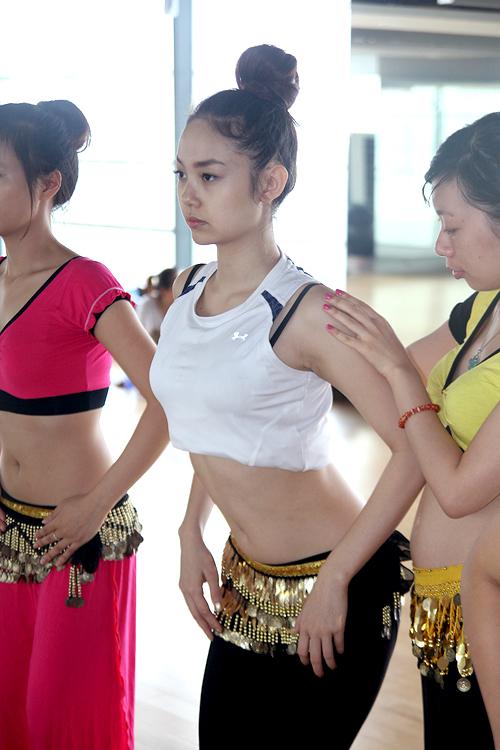 Cô đã nhờ đến nghệ sĩ belly dance Vân Anh và các học trò của cô hướng dẫn các động tác cơ bản của