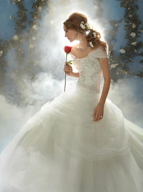 Nàng công chúa trong bộ phim Người đẹp và quái vật lại chọn một chiếc váy bồng bềnh, lãng mạn.