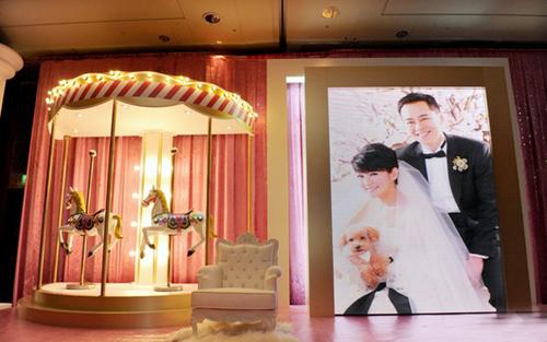 Ca sĩ Selina chọn một tấm ảnh lớn để làm backdrop sân khấu.