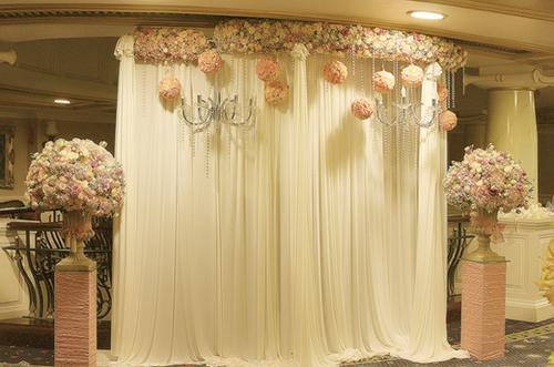 Backdrop làm từ lụa và hoa mang đến sự mềm mại, nhẹ nhàng nhưng tràn đầy sức sống.