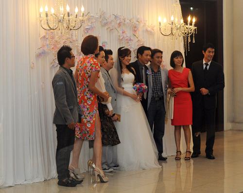 Cô dâu Hồng Thu và nghệ sĩ Thái Hòa lại chọn backdrop trang nhã với hoa và lụa. Ảnh: Thành Luân.