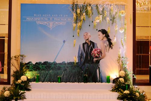 Ca sĩ Phan Đình Tùng cũng chọn tấm ảnh cưới lớn để làm backdrop.