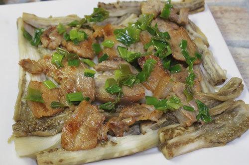 Dưới dầu ăn và hành lên trên đĩa cà và thịt ba chỉ.