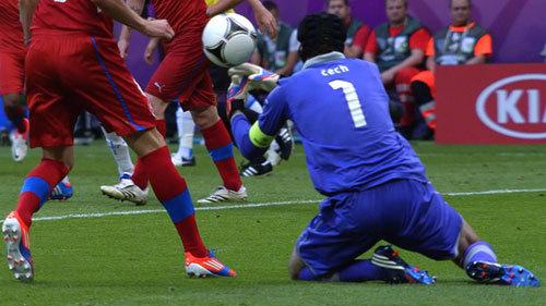 Thủ môn Petr Cech có pha bắt bóng ngớ ngẩn dẫn tới bàn thua trong trận gặp Hy Lạp. Ảnh: AP.