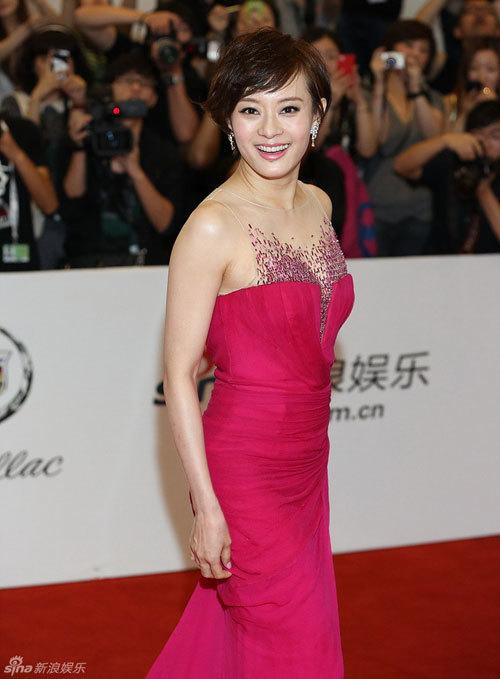 Tôn Lệ xuất hiện nổi bật trong bộ đầm màu hồng trên thảm đỏ.