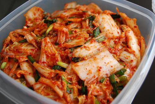 Nếu so với dưa cải của Việt Nam thì kim chi Hàn Quốc có cách làm cầu kỳ và đòi hỏi nhiều nguyên liệu hơn nhưng khi bạn làm thành công, kim chi sẽ là món lạ miệng trong bữa cơm của gia đình.