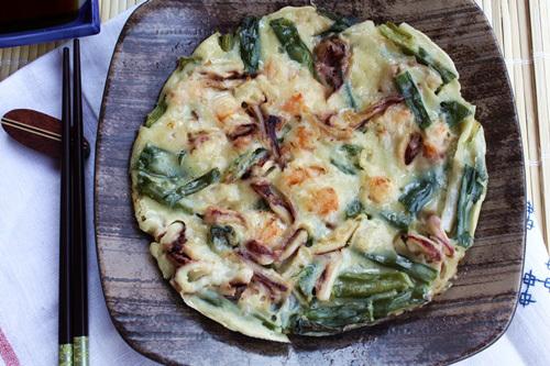 Vỏ bánh giòn, mùi thơm của hành và vị ngọt tự nhiên của hải sản, chắc chắc bạn sẽ rất thích thú với loại bánh này.