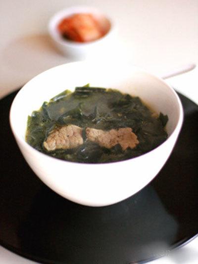 Canh rong biển (miyeok guk) là món canh truyền thống của Hàn Quốc. Không có một màu sắc bắt mắt nhưng hương thơm của dầu mè trong canh rong biển sẽ khiến bạn cảm thấy thèm thuồng.