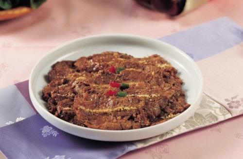 Neobiani là món thịt bò thái lát ướp tương. Thịt được thái thành miếng to khá mềm với nhiều đường khía dao để thấm gia vị.