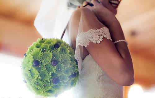Thay vì bó hoa cưới thường thấy, cô dâu chọn một quả cầu hoa để cầm trong hôn lễ. Cầu hoa cũng đem lại sự tiện dụng khi cô dâu đi chào khách tại các bàn, lúc đó, cô dâu có thể đeo cầu hoa vào cổ tay.