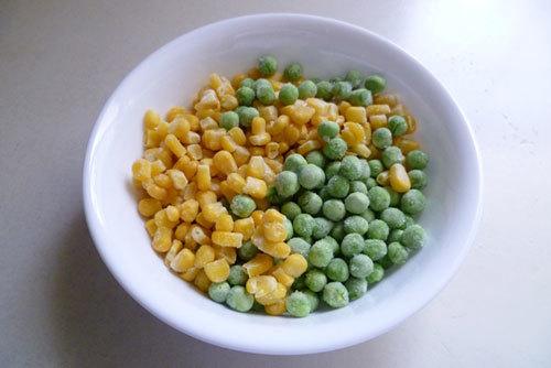 Đậu Hà Lan và ngô để nguyên hạt.