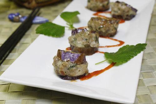 Với những nguyên liệu gần gũi như cà tím, tía tô, hành tây và thịt lợn, với cách chế biến đơn giản, hy vọng bổ sung thêm trong thực đơn nhà bạn một món ngon ăn kèm với cơm.