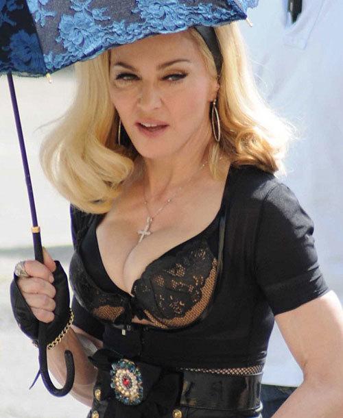 Nữ hoàng nhạc pop tự tin khoe bộ ngực bơm căng phồng.
