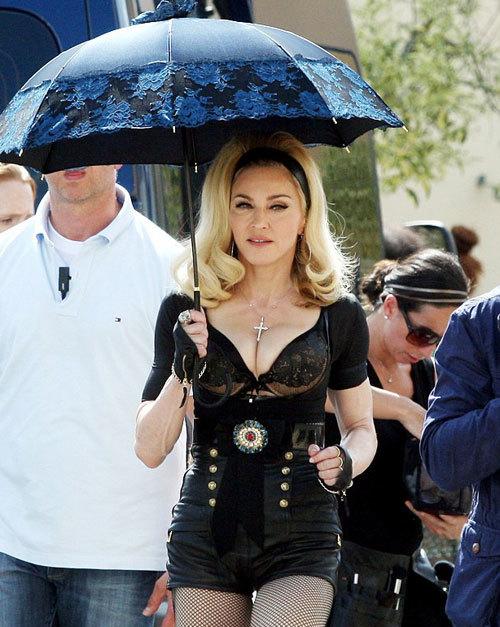 """Madonna xuất hiện bốc lửa tại trường quay MV ca khúc """"Turn Up The Radio"""" ở Florence, Italy ngày 19/6."""