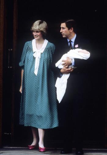 Hoàng tử William xuất hiện lần đầu tiên trước công chúng khi được bố đón mẹ