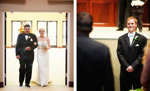 Thông thường, cô dâu sẽ khoác tay cha hoặc người đỡ đầu tiến vào nơi làm lễ. Lời khuyên dành cho cô dâu lúc này là cần bình tĩnh, tươi tắn và tự tin tiến bước trên con đường dẫn tới sân khấu.