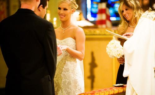 Sau khi thề nguyện, cô dâu và chú rể trao nhẫn, chính thức trở thành vợ chồng.