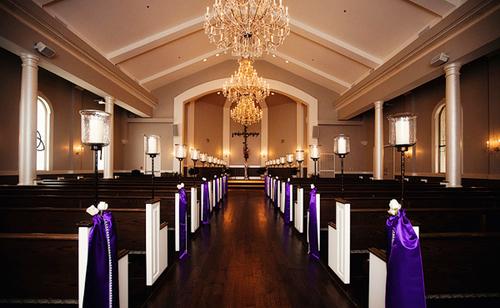 Ngoài sân khấu, những hàng ghế trong nhà thờ cũng là nơi có thể trang trí hoa hoặc ruy băng.