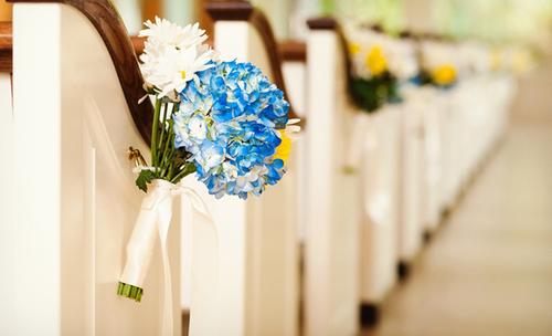 Ở ghế băng của nhà thờ thường có sẵn một chiếc móc hay một vòng tròn nhỏ để có thể buộc hoa trang trí vào đó. Những chùm hoa nhỏ sẽ tạo nét mềm mại cho nơi làm lễ mà không làm phân tán sự chú ý vào sân khấu làm lễ.