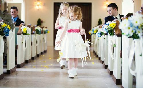 Những bé phù dâu nhí có thể rải cánh hoa dọc lối dẫn lên sân khấu, tạo không gian lãng mạn.