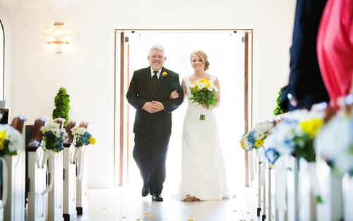 Việc người cha đưa cô dâu đến nơi làm lễ sẽ làm tăng thêm tình cảm gắn bó, thân mật giữa hai người.