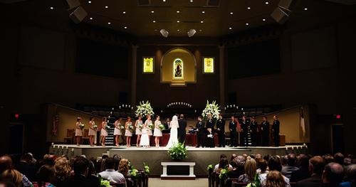 Nghi lễ tại nhà thờ diễn ra ngắn gọn, cha xứ sẽ đọc hôn phối và những nghĩa vụ, quyền lợi khi cô dâu chú rể thành vợ chồng.