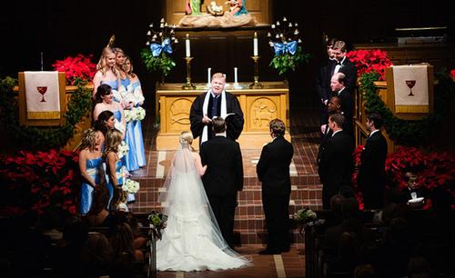 Cô dâu sẽ cùng nhau thề nguyền trong không khí trang nghiêm của nhà thờ.