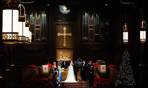 Nếu tổ chức hôn lễ vào những ngày lễ lớn của nhà thờ, như Giáng Sinh, Năm mới, lễ Phục sinh... các cô dâu chú rể có thể tận dụng chính trang trí có sẵn tại đây.