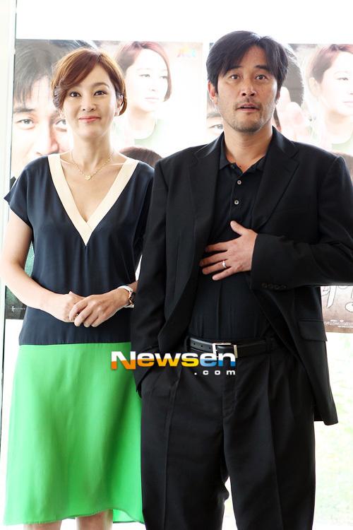 Lee Seung Yeon bên nam diễn viên gạo cội Lee Min Soo. Trong phim, hai người