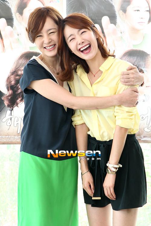 Lee Seung Yeon vui đùa bên nữ diễn viên trẻ So Yi Hyun.