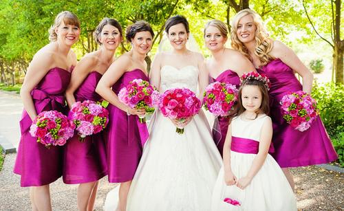 Những cô phù dâu diện váy hồng đậm khiến cô dâu nổi bật hơn hẳn với váy cưới trắng. Ngoài ra hoa của phù dâu cũng có chút khác với hoa cô dâu, bó hoa phù dâu được điểm nhiều sắc xanh hơn.