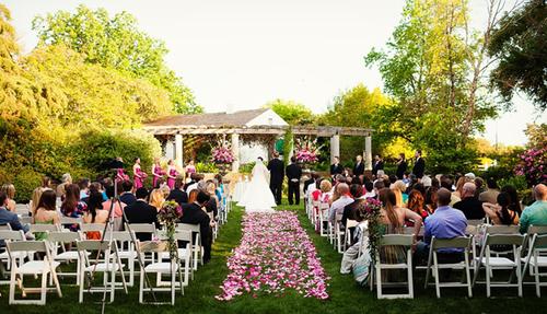 Điểm nhấn của hôn lễ vẫn là gam màu hồng chủ đạo.